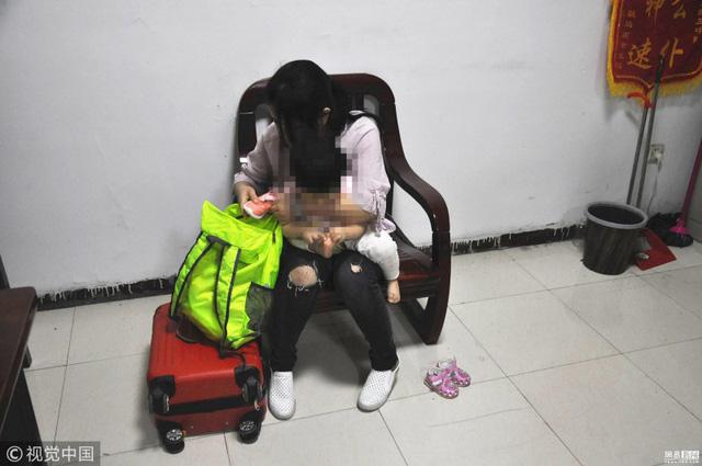 Mẹ bán con mới 1 tuổi để có tiền mua sắm
