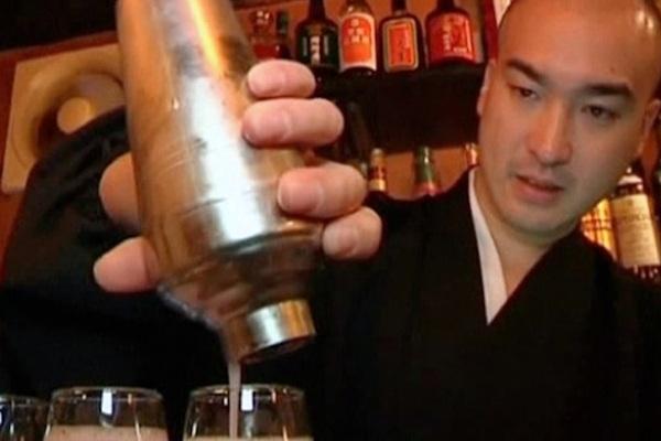 Đến quán bar thưởng thức cocktail và cầu kinh