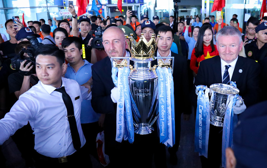 Cúp vô địch Ngoại hạng Anh và cúp Liên đoàn Anh đã tới Việt Nam