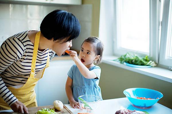 Những sai lầm của cha mẹ biến con thành lười ăn
