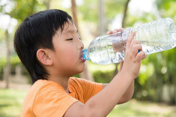 Bố mẹ cần lưu ý những gì khi cho con uống nước vào mùa nóng