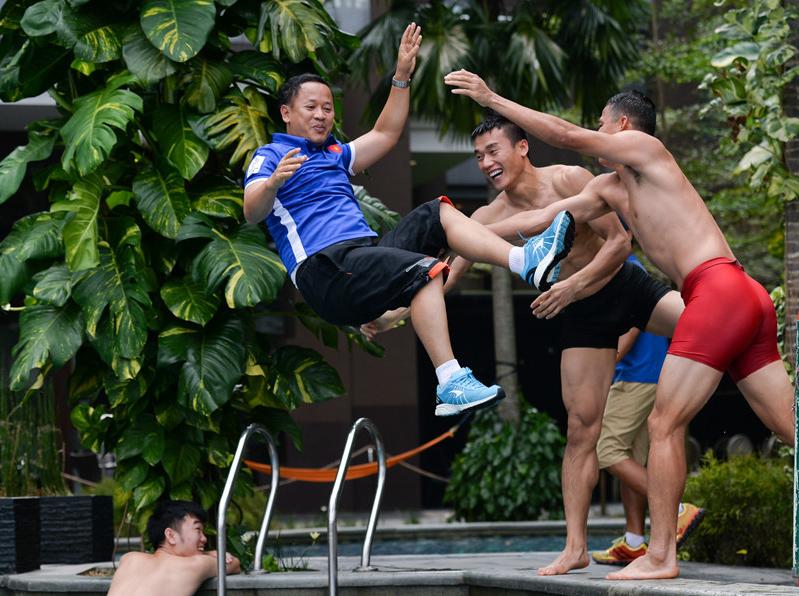 Cầu thủ Olympic Việt Nam 'ném' trợ lý ngôn ngữ Lê Huy Khoa xuống bể bơi