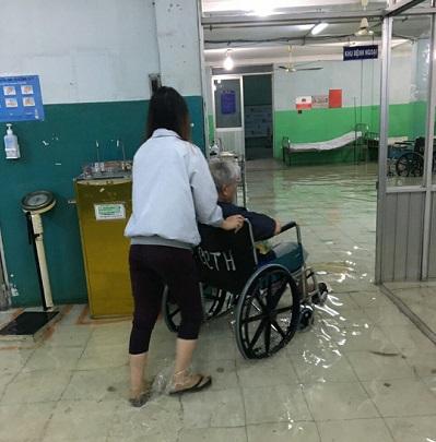 Bác sĩ phải lội bì bõm làm việc vì mưa lớn ngập bệnh viện