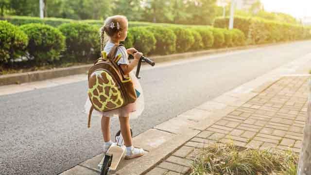 Trẻ mang cặp sách quá nặng, tác hại như thế nào?