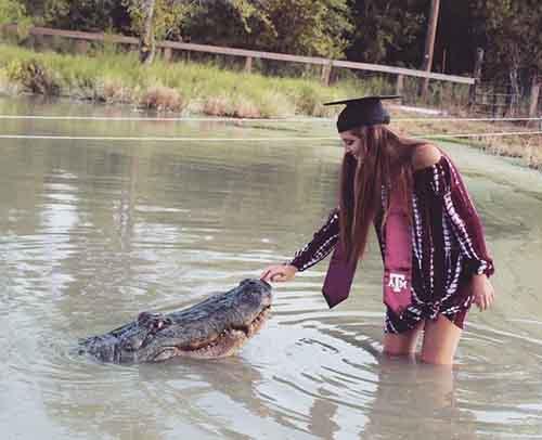 """""""Chơi nổi"""" nữ sinh Mỹ chụp ảnh tốt nghiệp với cá sấu"""