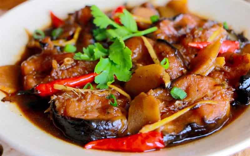 Cùng vào bếp với món đưa cơm: Cá trê kho gừng