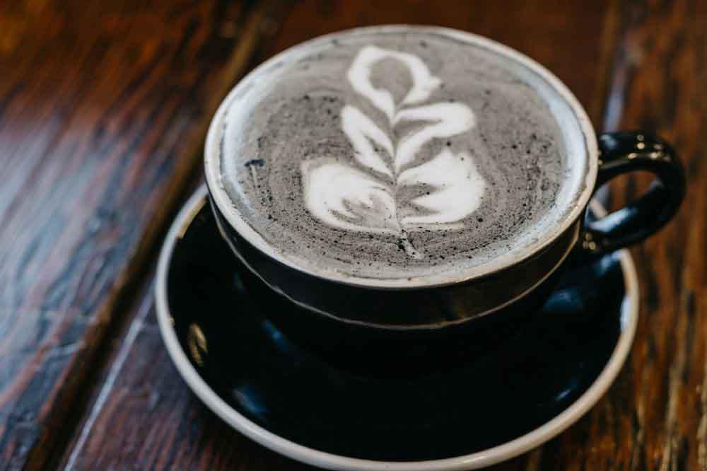 """Độc đáo với tách cà phê latte pha từ """"than"""""""