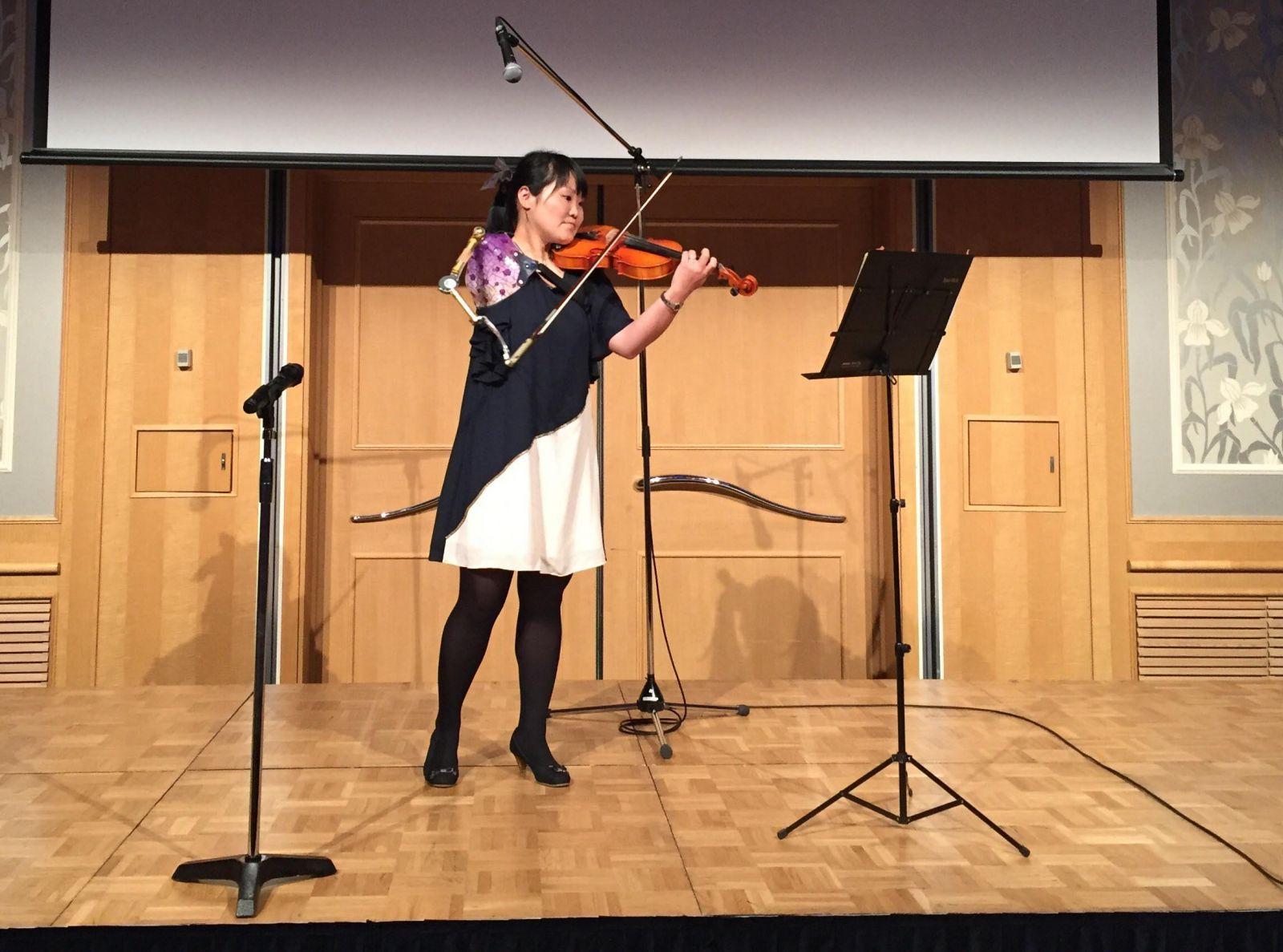 Cô gái Nhật Bản chơi violin với 1 cánh tay khiến bao người ngưỡng mộ