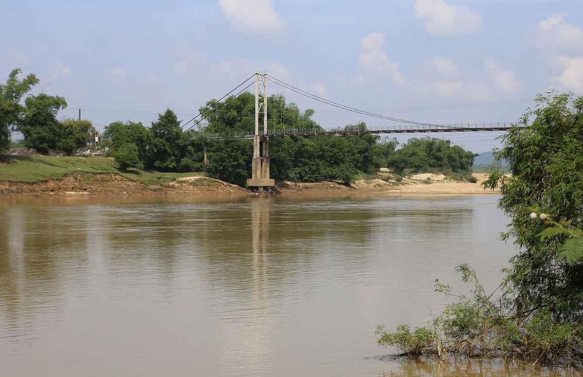 Nghệ An: Một chiếc cầu treo bị mục nát nhưng vẫn đang được sử dụng