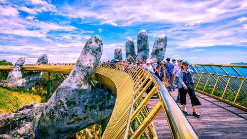 """Cầu Vàng Việt Nam gây """"sốt"""" với nhiều du khách nước ngoài"""