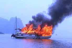 Tàu cá bốc cháy: 4 người ôm phao nhảy xuống biển