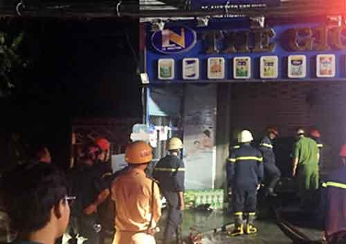 Cháy cửa hàng ven sông Sài Gòn khiến hai vợ chồng bị kẹt