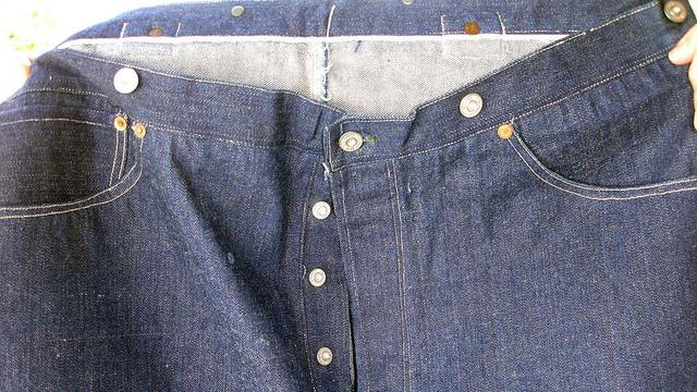 Cận cảnh chiếc quần jean vô cùng bình thường lại có giá hơn 2 tỷ VNĐ