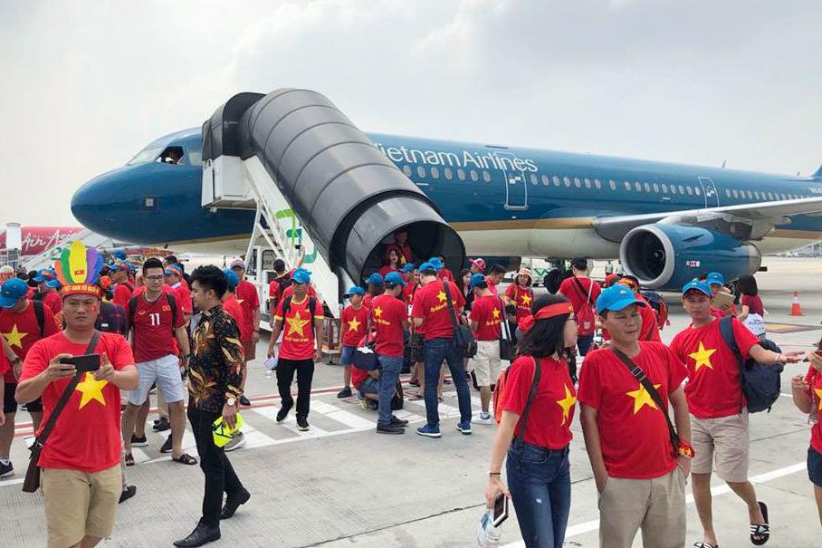 Tuyển Việt Nam bay sang Malaysia chiều nay, Vietnam Airlines tăng chuyến bay đưa cổ động viên cổ vũ chung kết