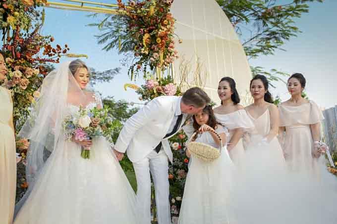Nụ hôn chú rể dành cho cô bé con riêng của cô dâu