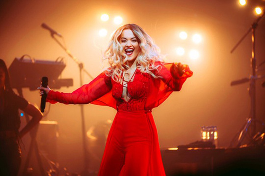 Ca sĩ Rita Ora diện thiết kế của Công Trí 'đốt nóng' sân khấu trong Tour diễn Pheonix