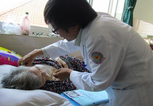 Một cụ bà nghèo được cấy máy tạo nhịp tim vĩnh viễn