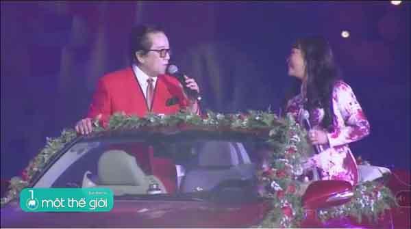 VIDEO: Danh ca Hương Lan, Elvis Phương đứng trên ô tô hát  trước 15.000 khán giả Đà Lạt