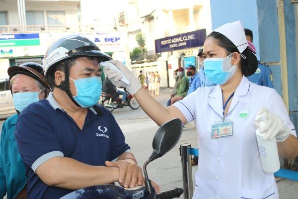TP.HCM: Khi hết dịch, những người đến bệnh viện cũng phải đo thân nhiệt, khai báo y tế