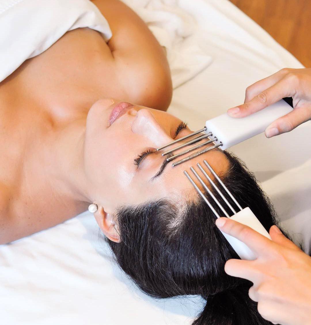 """""""Massage mặt bằng điện"""" - phương pháp mới giúp da trẻ hơn nhiều tuổi"""