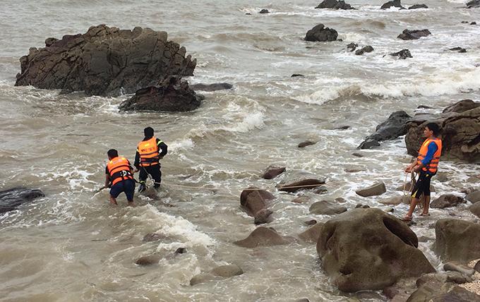 Tắm biển nơi đá lởm chởm khiến ba du khách gặp nạn