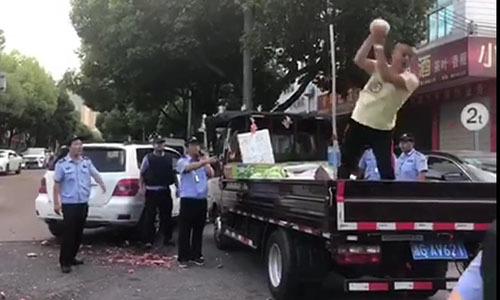 Tiểu thương Trung Quốc đập nát xe dưa hấu vì tức giận