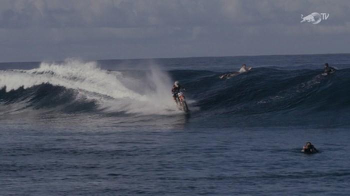 Tay đua người Úc lái xe trên đầu ngọn sóng cực ngầu