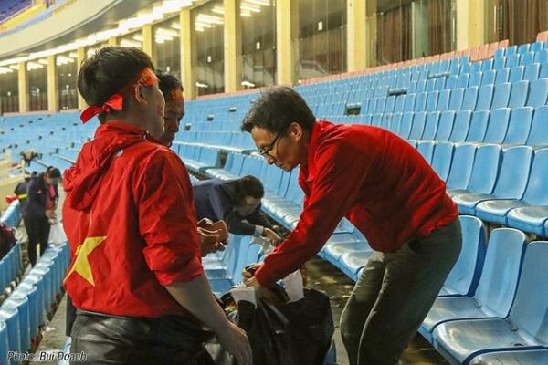 Phó thủ tướng Vũ Đức Đam cùng số ít CĐV nán lại sân Mỹ Đình để dọn rác sau trận chung kết