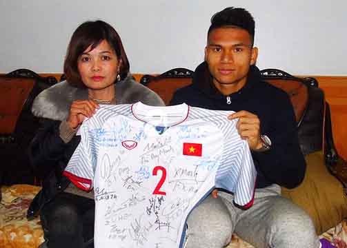 Hậu vệ Phạm Xuân Mạnh gửi tặng 330 triệu tiền bán áo làm từ thiện