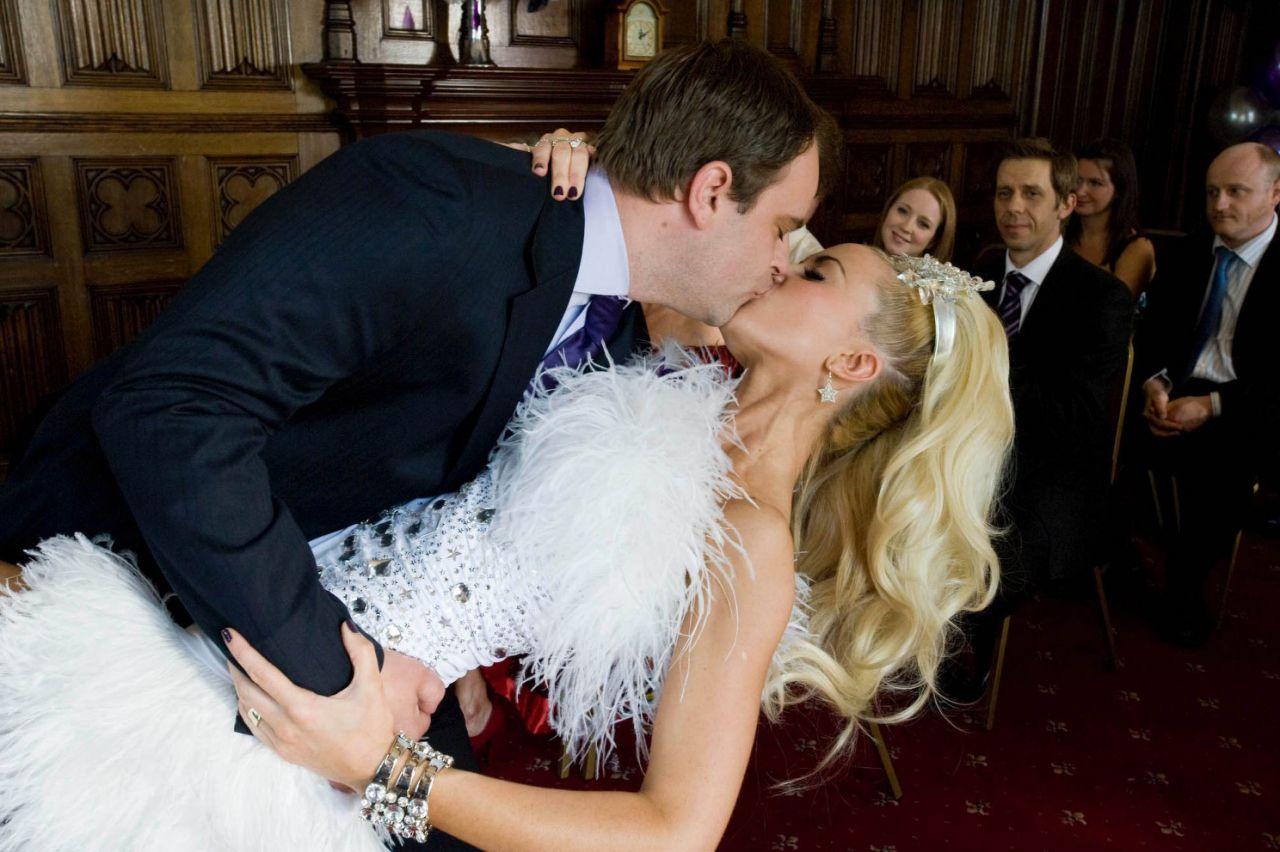 Diễn viên đã được đóng cảnh hôn và thân mật sau lệnh cấm vì COVID-19