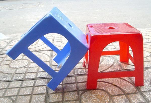 Lý do chiếc ghế nhựa có lỗ tròn ở giữa
