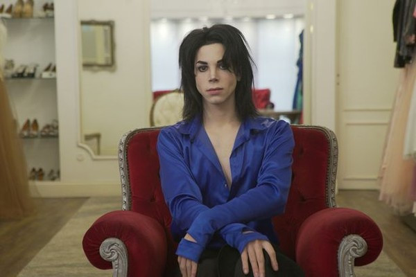 Chàng trai trải qua 11 ca phẫu thuật để giống Michael Jackson