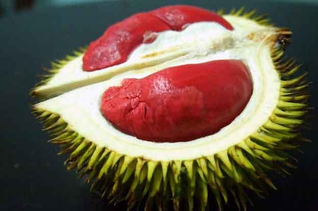 Lạ mắt với hai loại quả ruột đỏ đang gây sốt trên thị trường