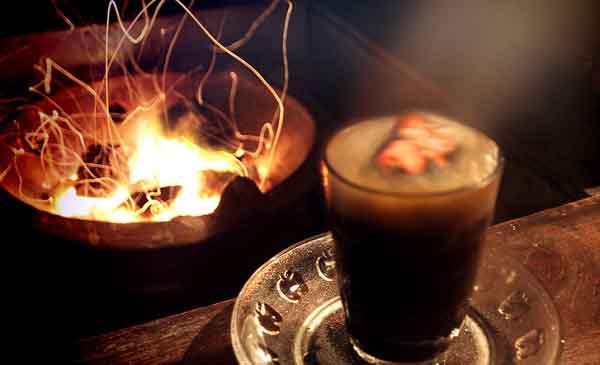 Độc đáo ly cà phê kèm than cháy hừng hực