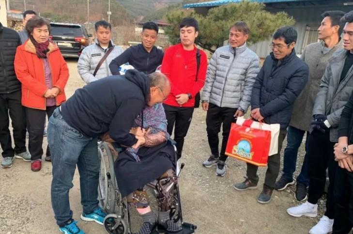 Các học trò về thăm nhà và mẹ già ở Hàn Quốc của ông Park Hang-seo