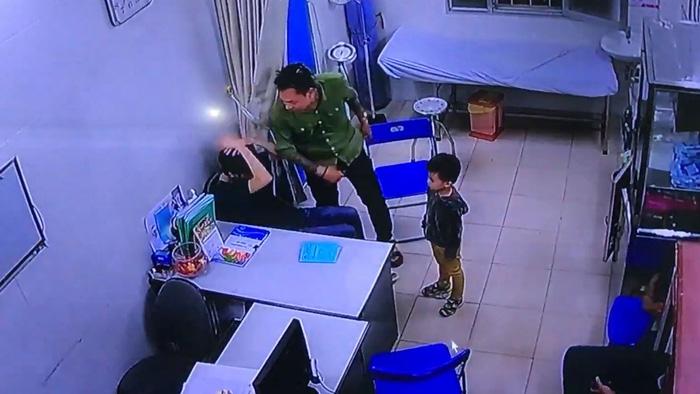 Cộng đồng mạng phẫn nộ cảnh bác sĩ Bệnh viện Xanh Pôn bị đánh tới tấp