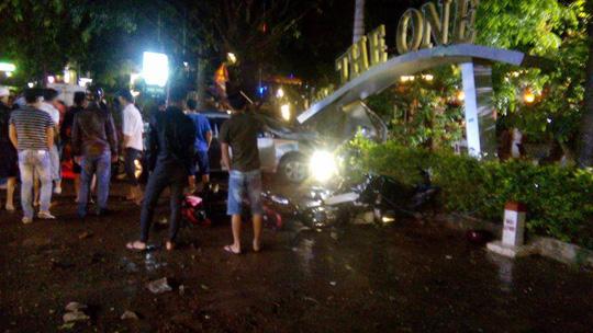 Hai nữ sinh chết thảm vì xe con lao vào quán cà phê