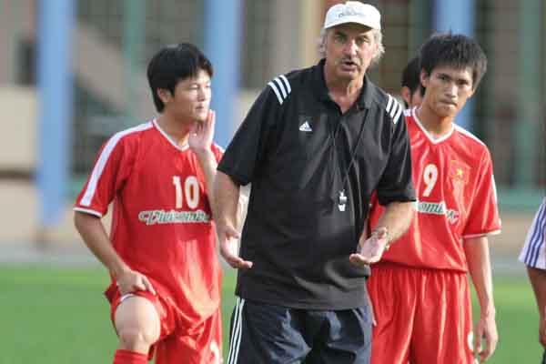 HLV Alfred Riedl nói gì về khả năng xuất ngoại thi đấu của cầu thủ Việt?