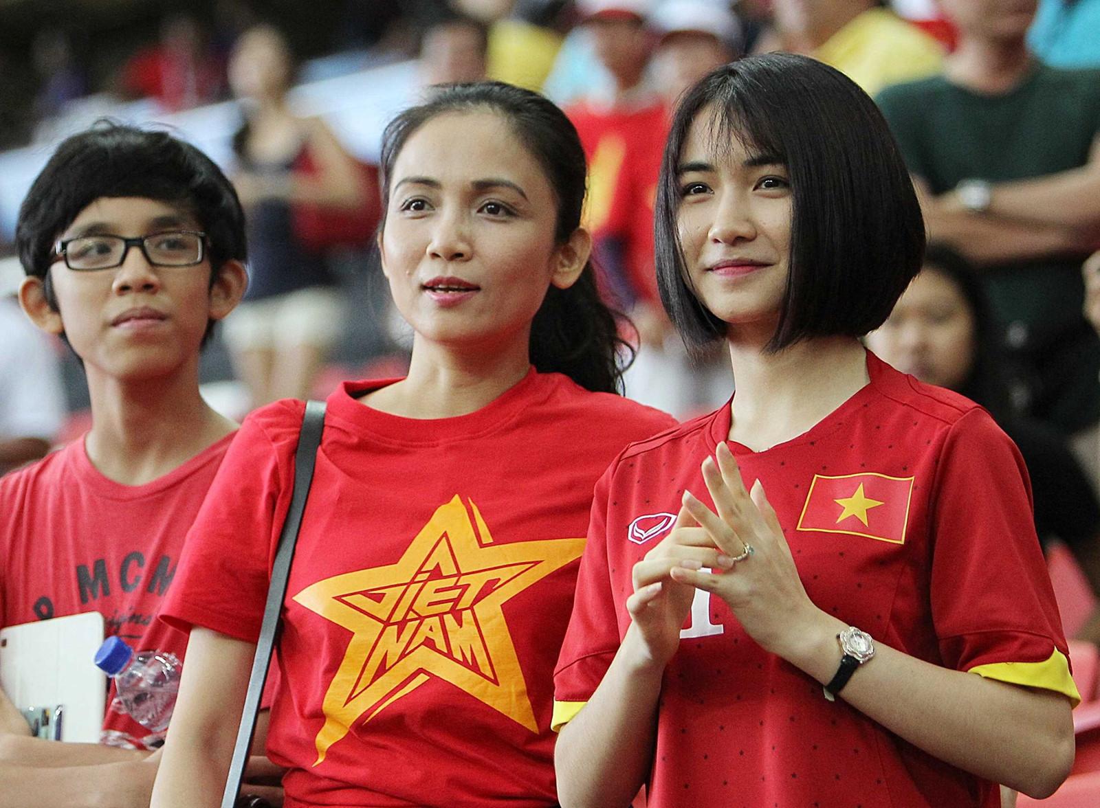 Hòa Minzy nói gì khi sang Indonesia cổ vũ tình cũ Công Phượng?