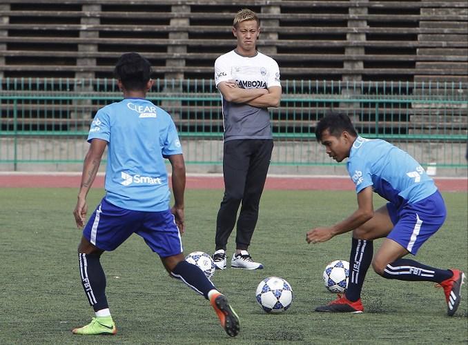 Danh thủ Keisuke Honda lần đầu huấn luyện tuyển Campuchia