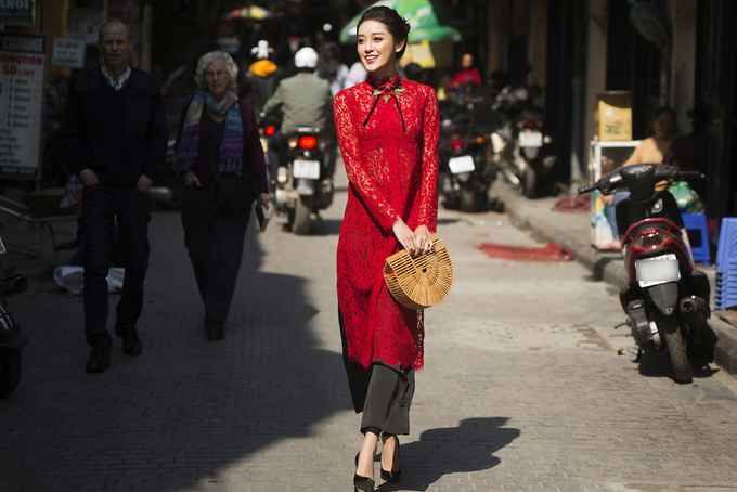 Huyền My diện áo dài cách tân dạo phố đầu năm