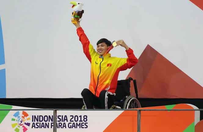 Võ Thanh Tùng được thưởng nóng sau khi lập hattrick vàng tại Asian Para Games