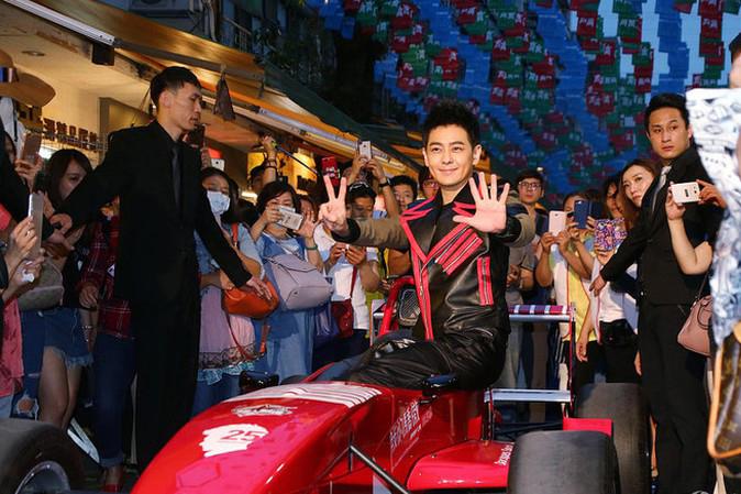 Lâm Chí Dĩnh tay đua cự phách của giới nghệ sĩ Hoa Ngữ