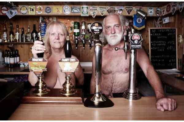 Kỳ lạ ngôi làng ở Anh, người dân quanh năm không mặc quần áo