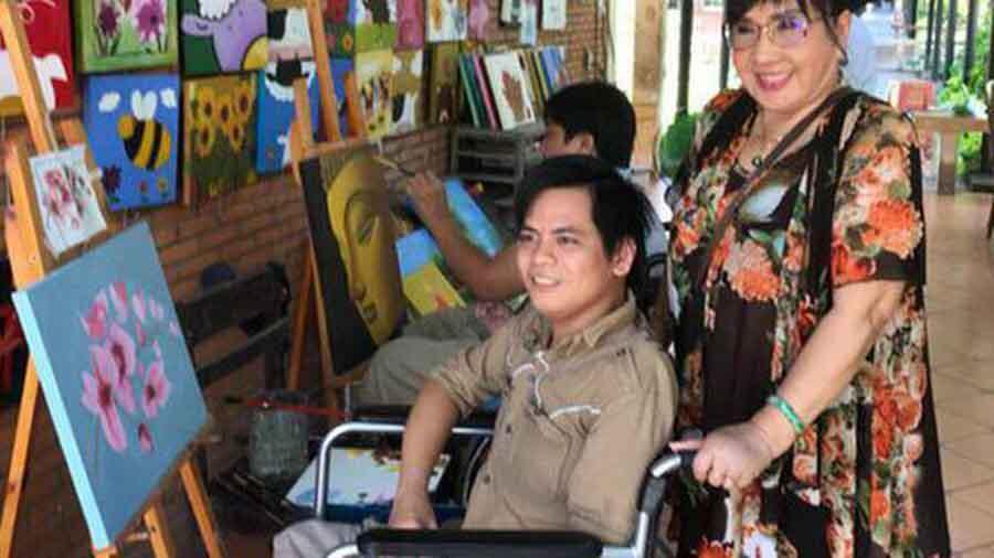 Nghệ sĩ cải lương Lệ Thủy hưởng ứng hết lòng tranh vẽ của người khuyết tật