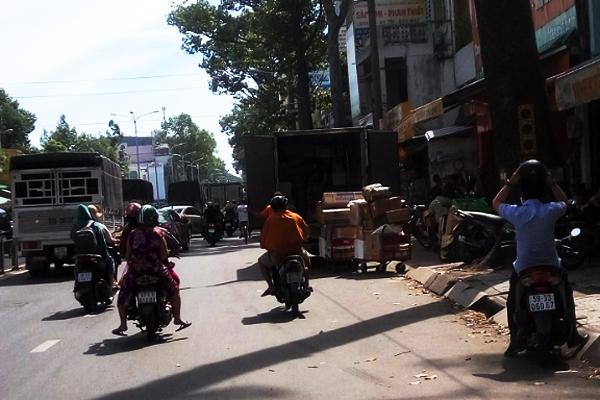 Đường Lê Hồng Phong thành bến xe dù, người dân than khổ