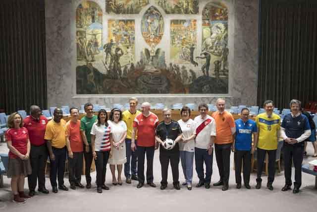 Cơn sốt World Cup lan rộng, các đại sứ Hội đồng Bảo an mặc áo đấu chơi bóng