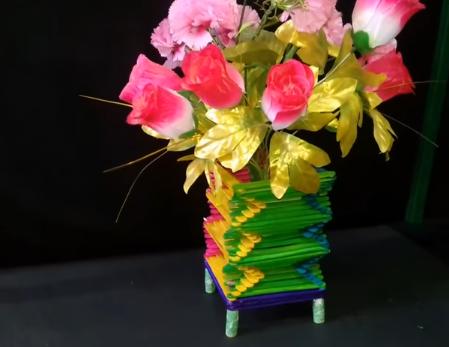 Từ que kem có thể tạo ra lọ hoa nhiều màu