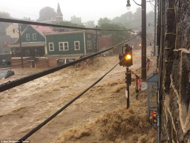 Một thành phố ở Mỹ chìm trong biển nước vì lũ quét