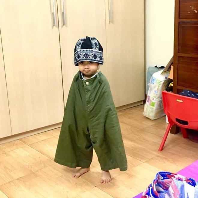 Một cô bé 2 tuổi mặc thử... quần của bố